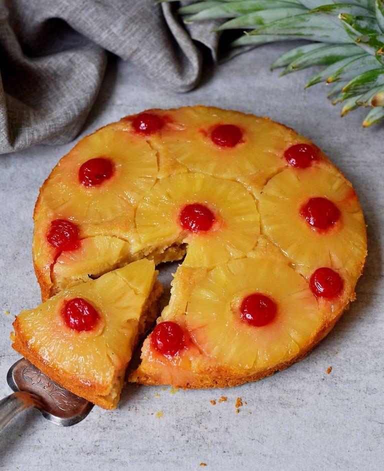 Gestürzter veganer Ananas Kuchen mit Kirschen