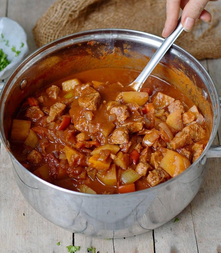 Veganes Gulasch mit Paprika, Kartoffeln und Sojaschnetzel in einem Topf