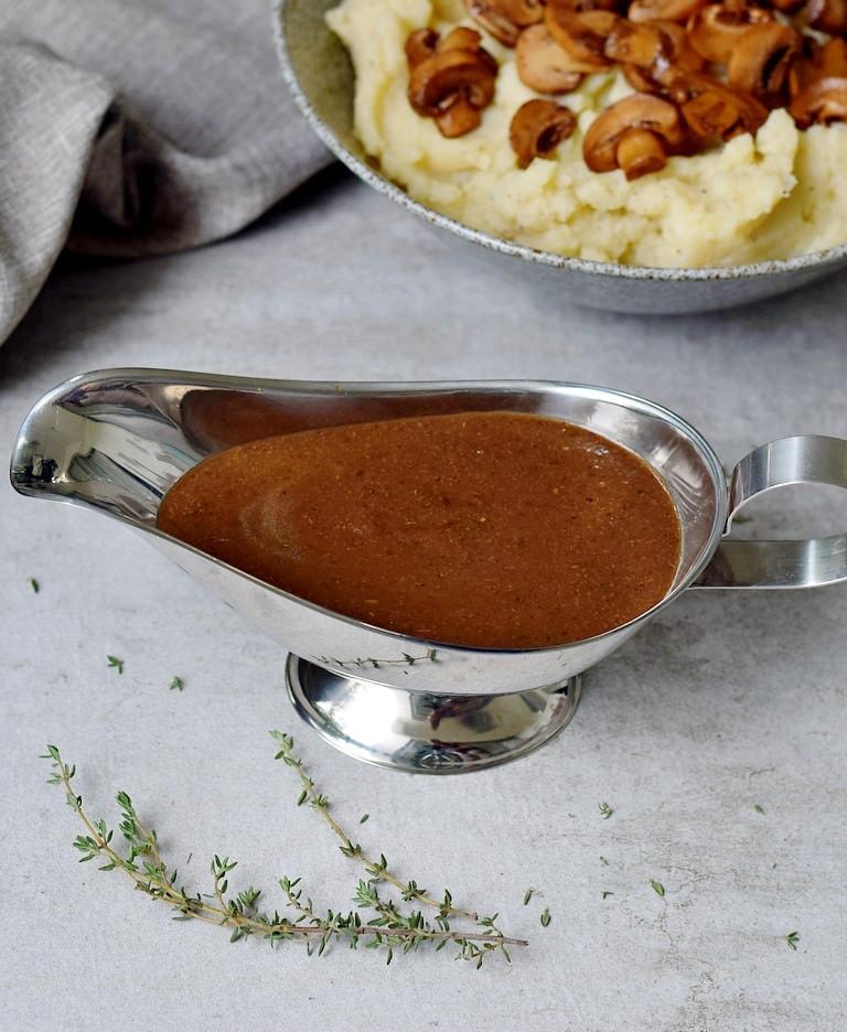 Sauciere mit selbstgemachter pürierter Pilzsoße
