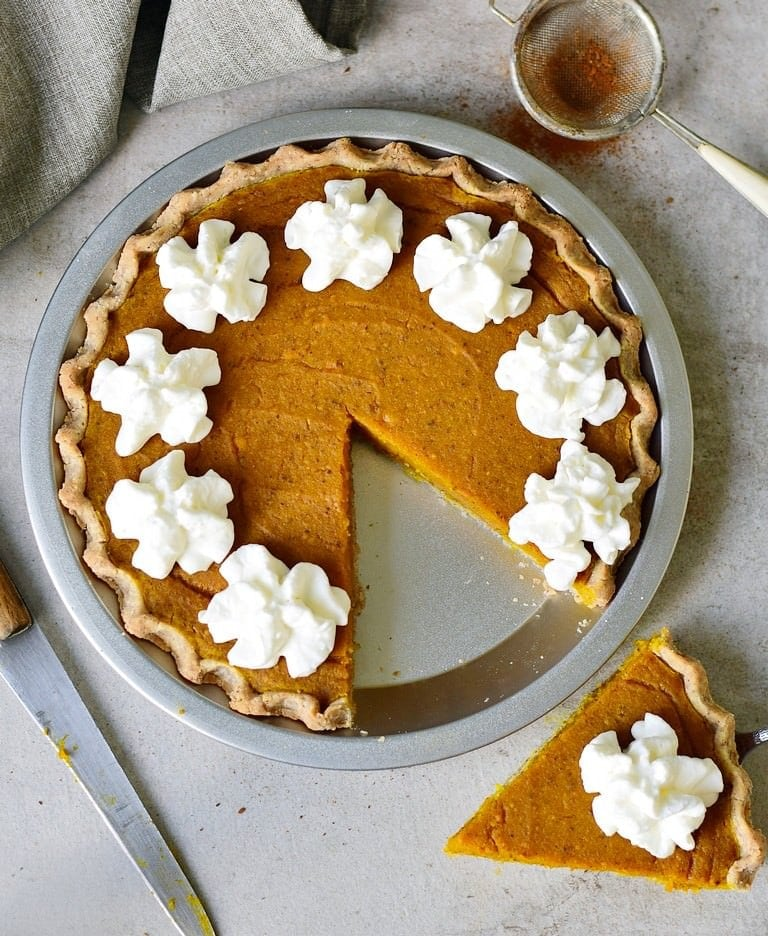 baked vegan pumpkin pie from above