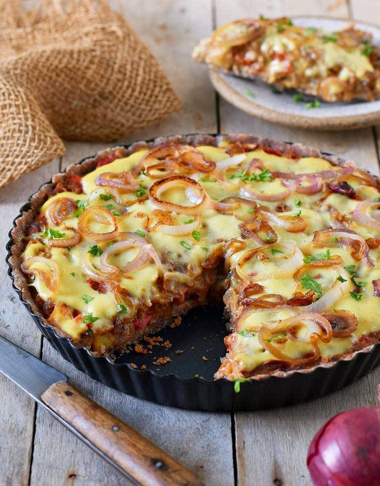 Saftiger veganer Zwiebelkuchen mit Lauch Paprika und pflanzlichem Käse