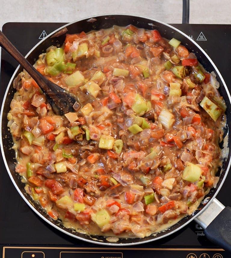 Karamellisierte Zwiebeln und Gemüse in einer Pfanne