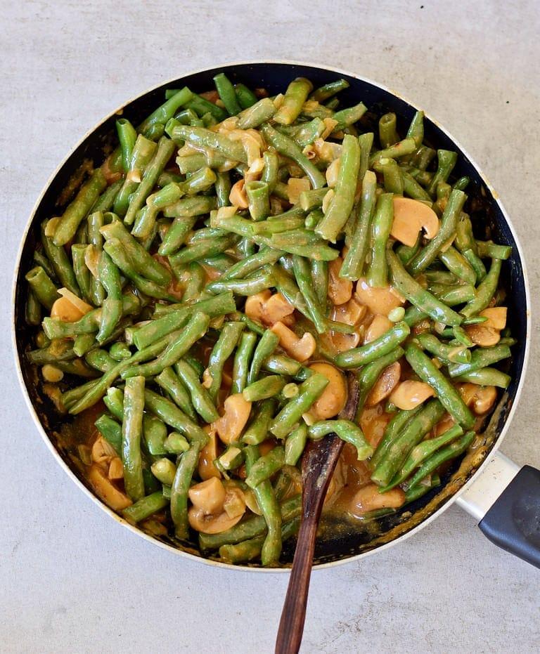 veganer grüner Bohnen Auflauf vor dem Backen in einer Pfanne