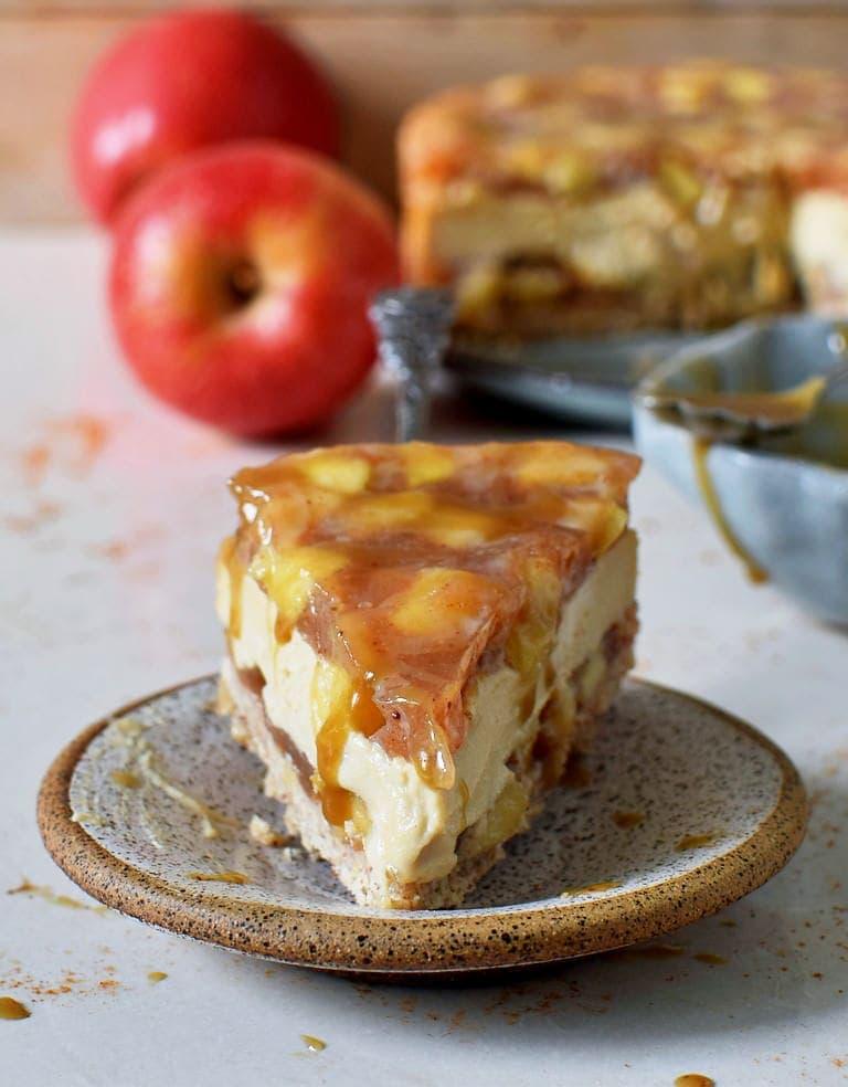 Ein Stück Karamell-Apfel-Käsekuchen auf einem kleinen Teller