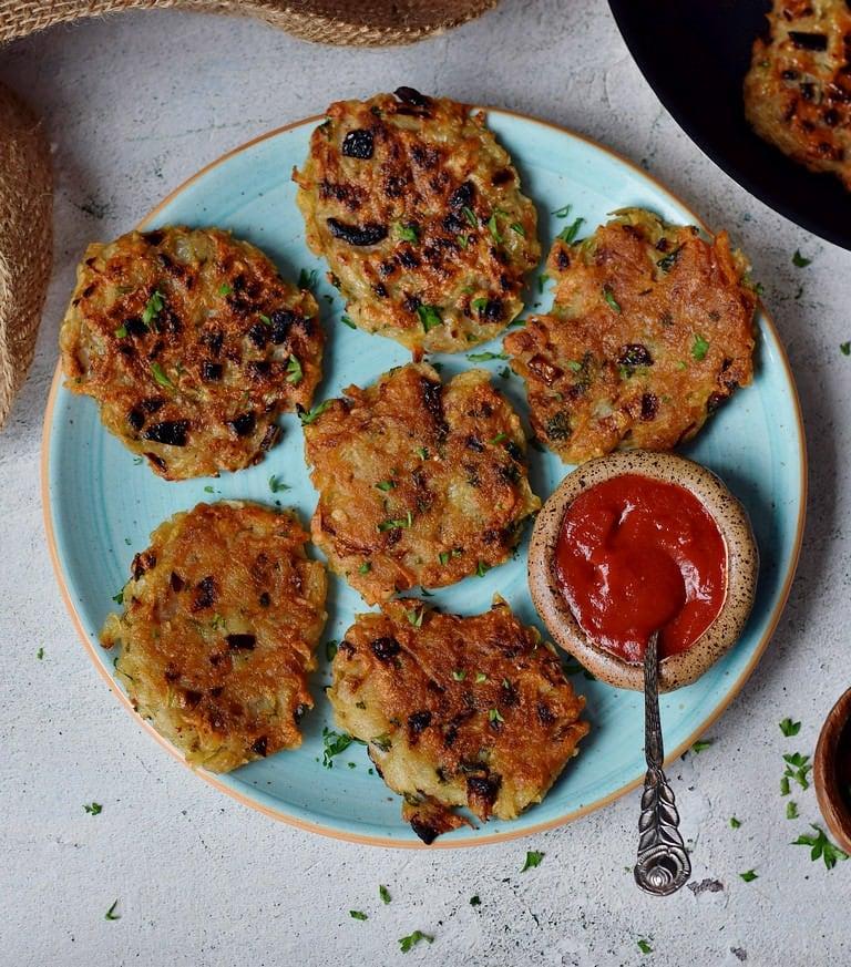 6 vegan latkes on a turquoise plate