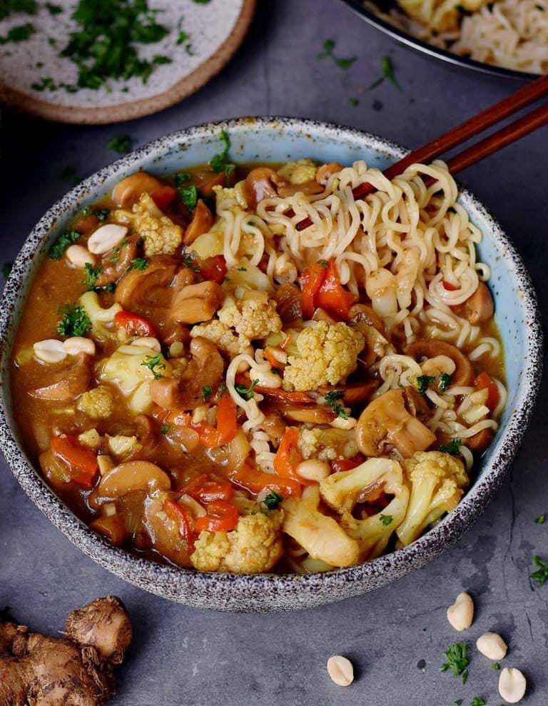 Cremige vegane Ramen Suppe mit Gemüse in einer Schüssel