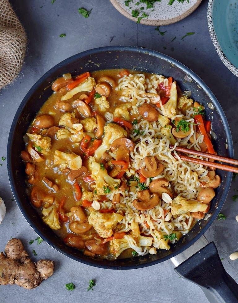 Cremige vegane Ramen Suppe mit Gemüse in einer Pfanne