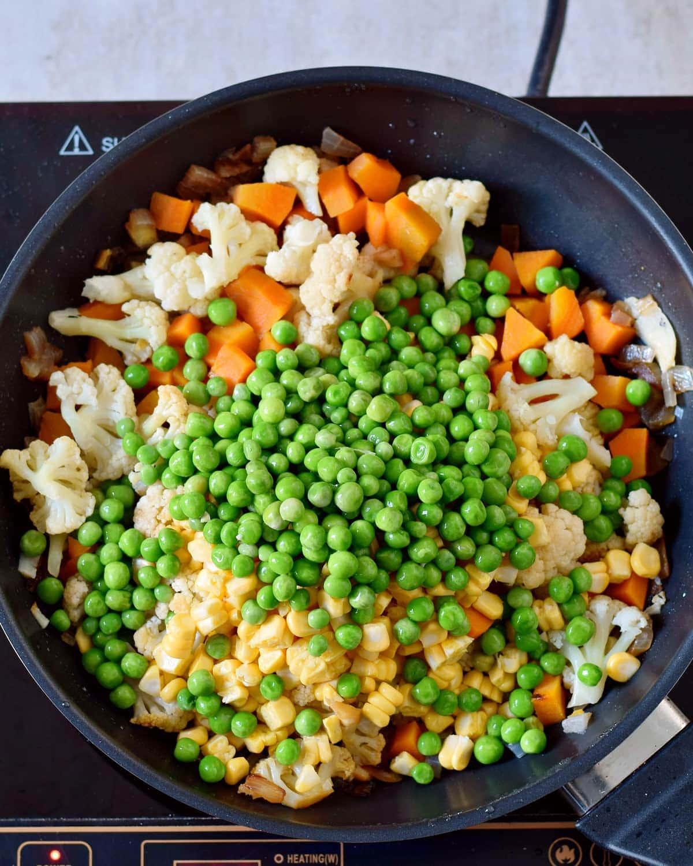 Gemüse und Erbsen in einer Pfanne