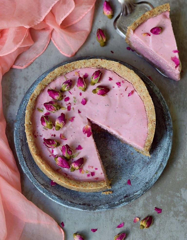 Rosa Cheesecake von oben mit Rosenblättern