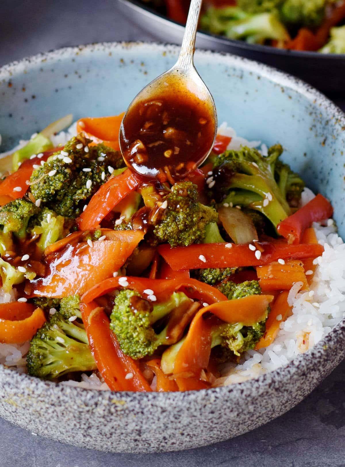 Brokkoli und Gemüse mit süß sauer Soße und Reis in einer Schüssel