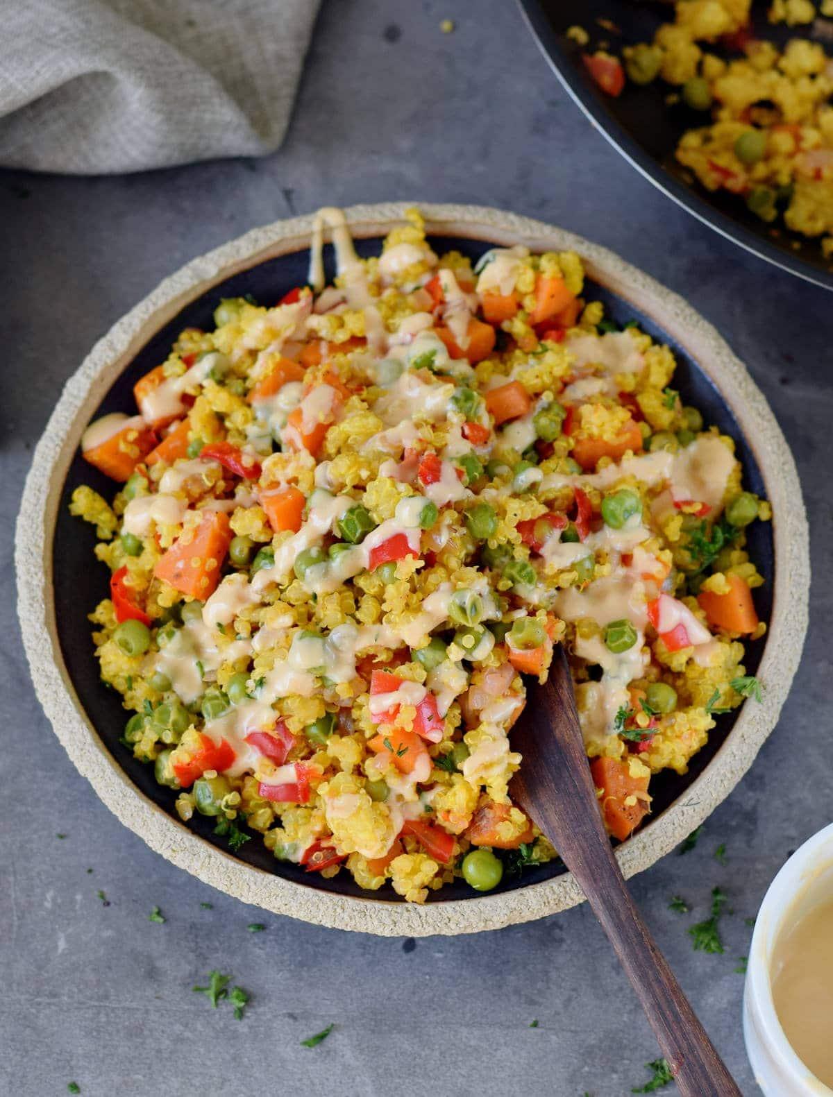 glutenfreier Salat auf einem schwarzen Teller