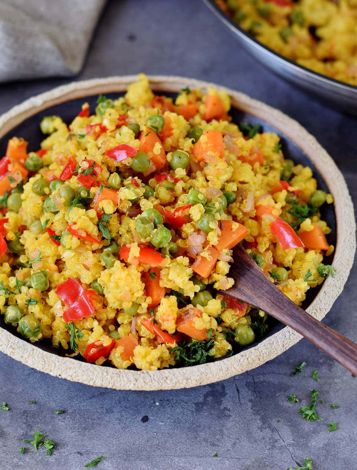 Quinoa Rezept mit Gemüse auf einem schwarzen Teller