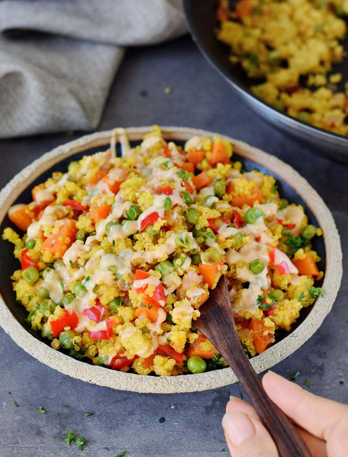 Quinoa Salat mit Gemüse auf einem schwarzen Teller