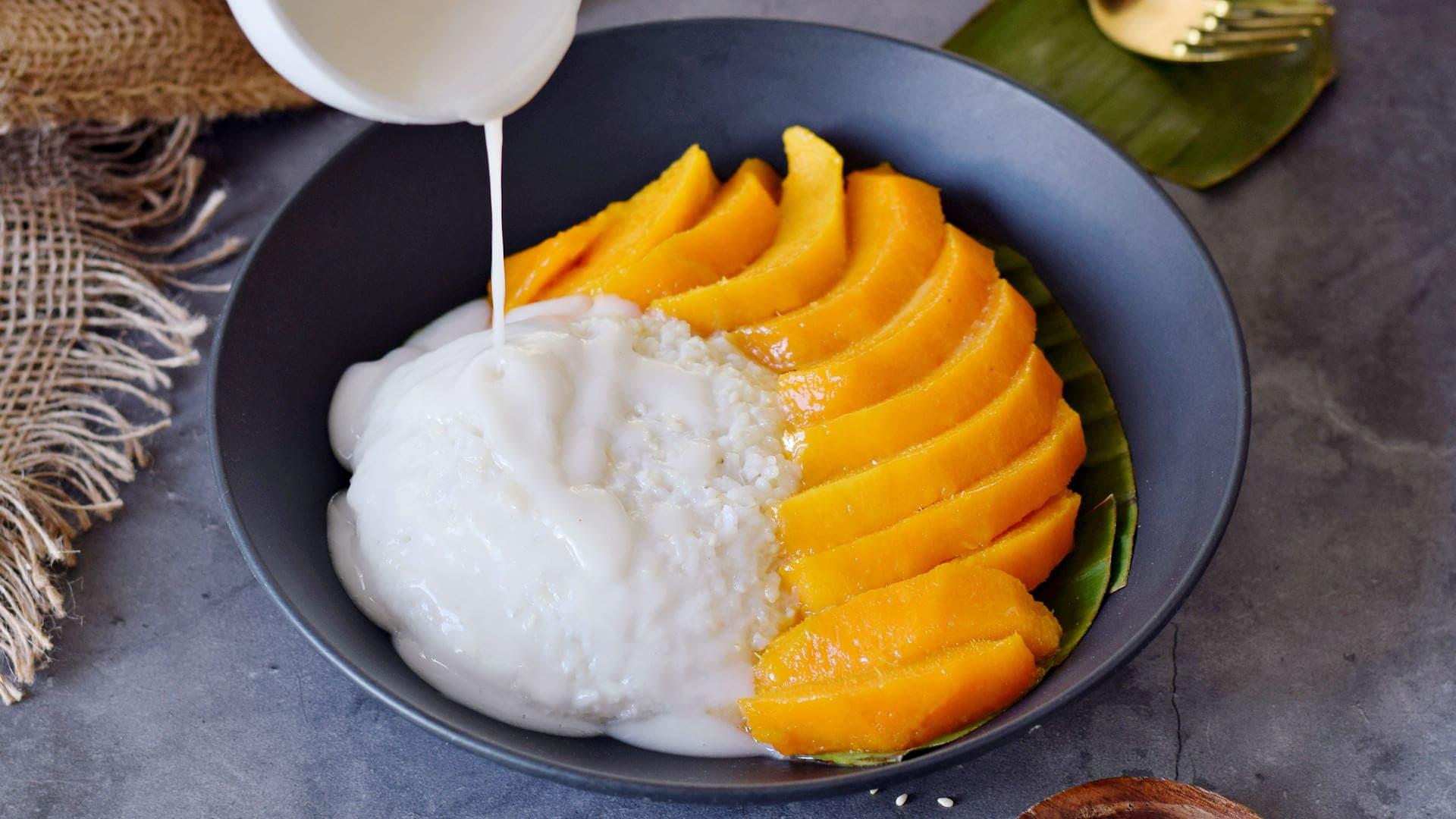 landscape photo of sticky coconut rice with mango