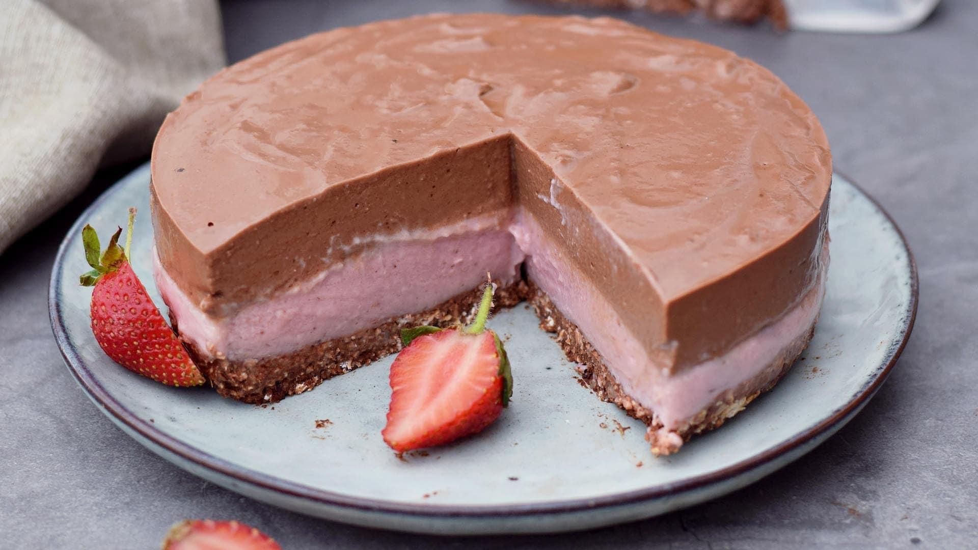 no-bake chocolate strawberry cheesecake