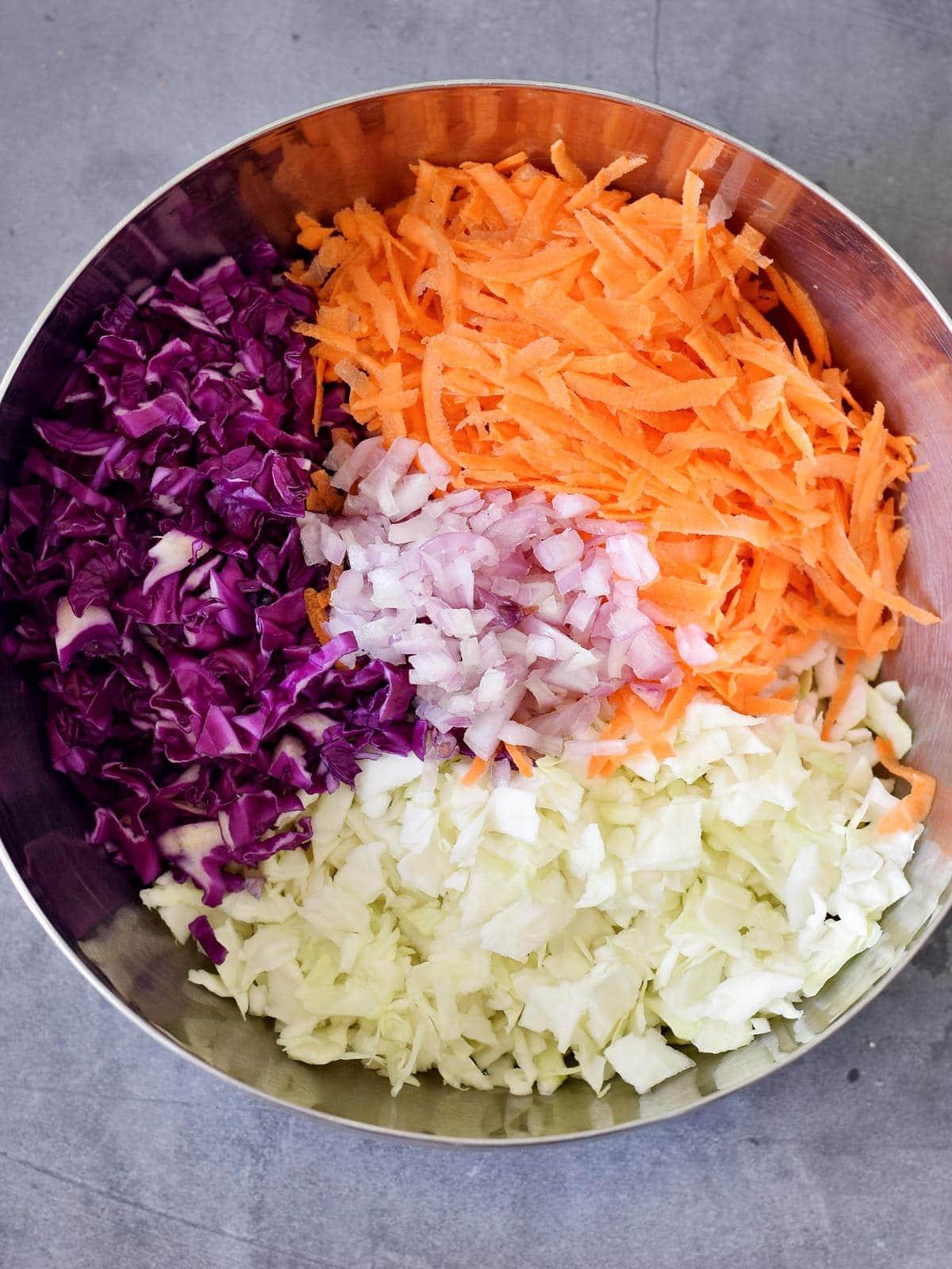 geschnittener Kohl, Karotten und Zwiebeln in einer Schüssel