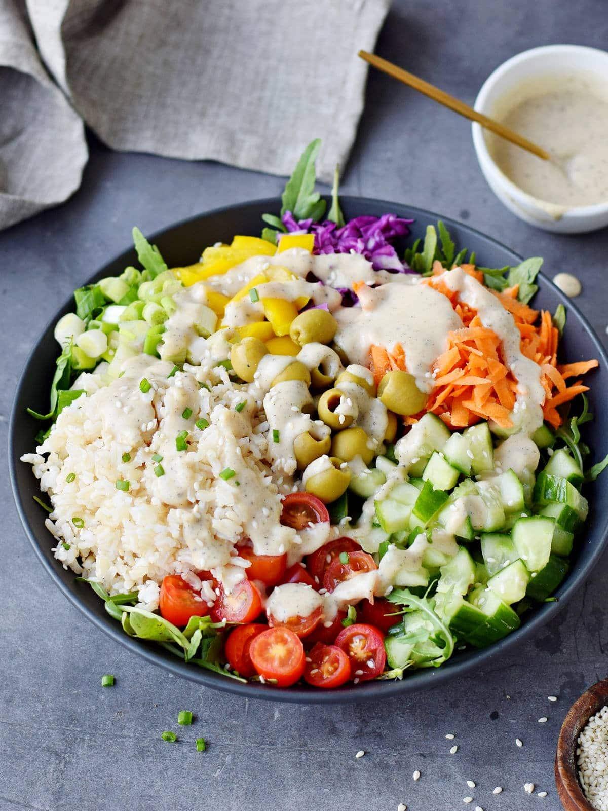 brauner Reissalat mit Gemüse und cremigen Dressing