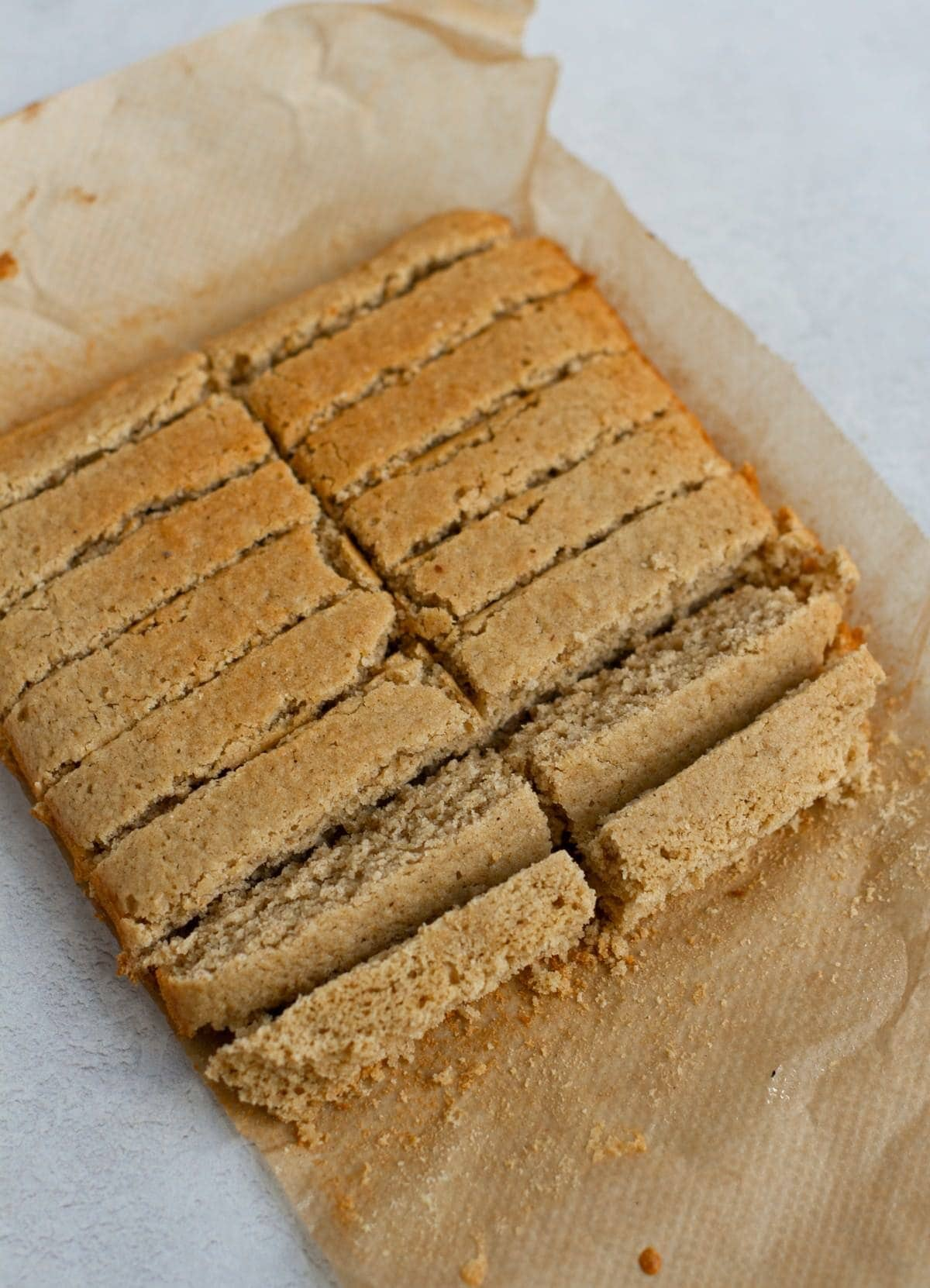 glutenfreier Vanillekuchen in Löffelbiskuits geschnitten