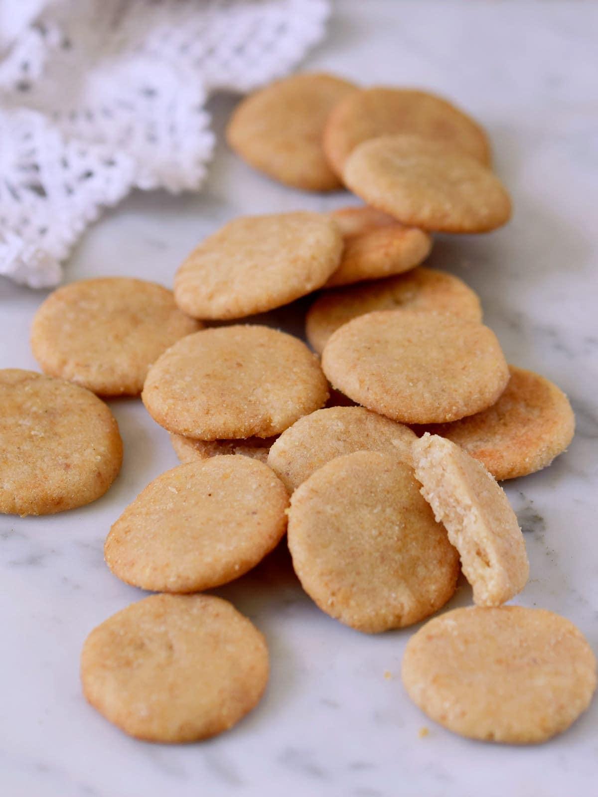 Seitenansicht von selbstgemachten veganen Vanille-Keksen