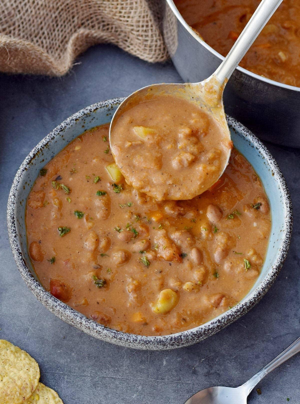 Mexikanische Bohnensuppe in Schüssel mit Schöpflöffel