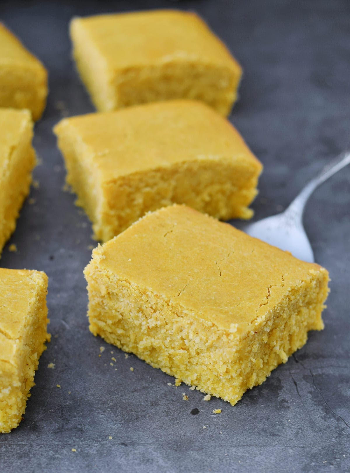 gelbes Brot in Stücke geschnitten