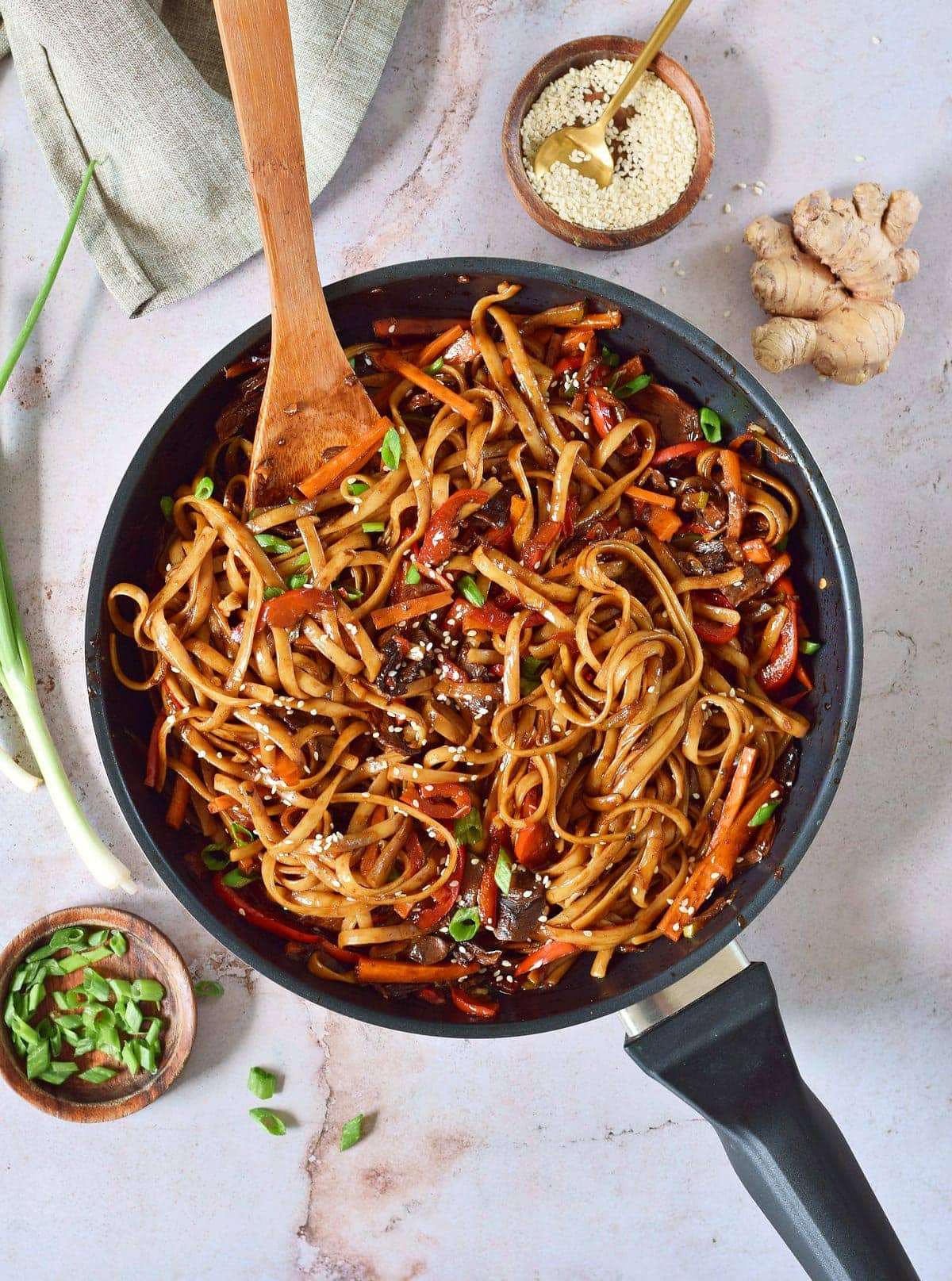 vegan lo mein in black pan
