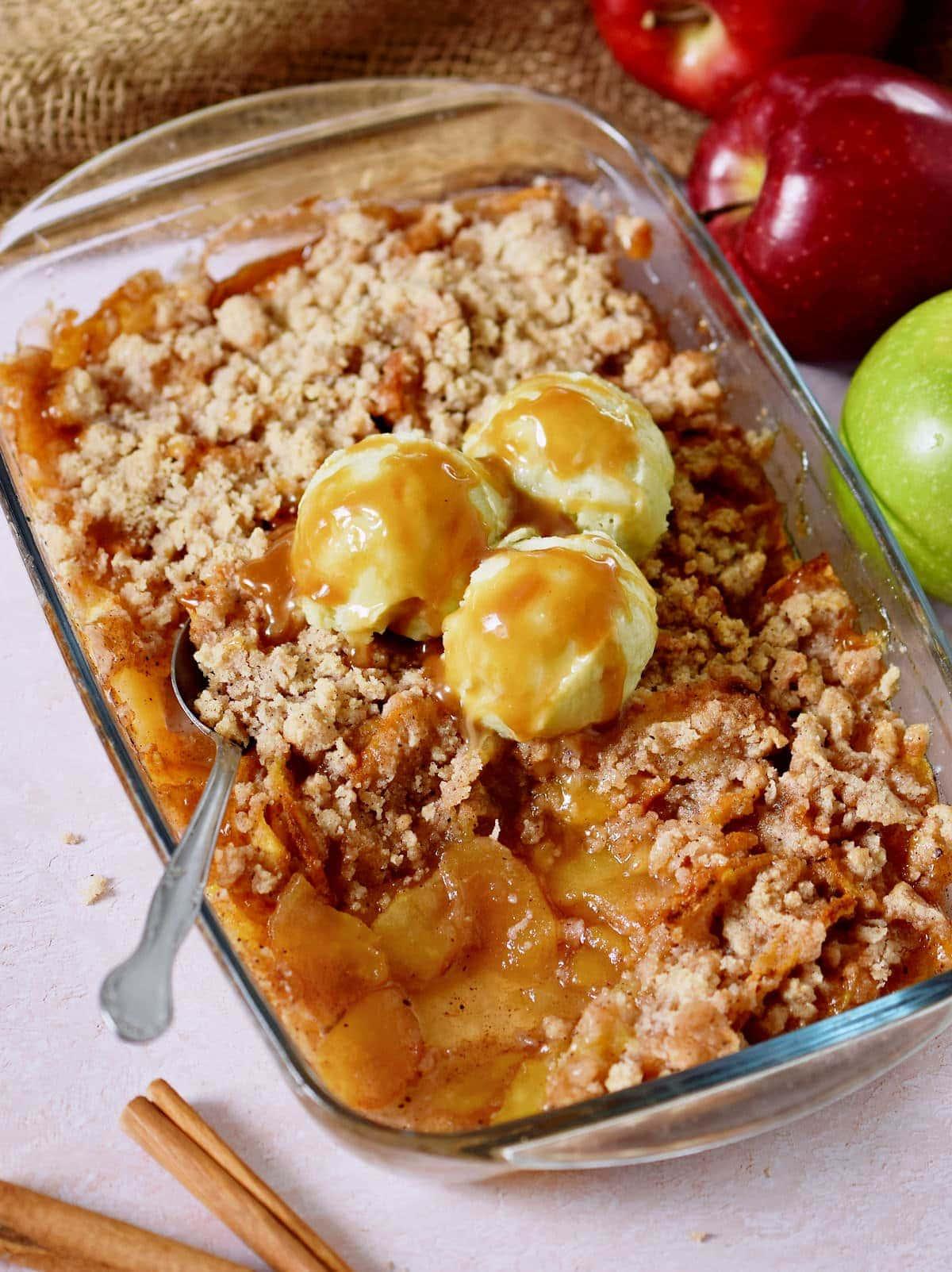 Apfel Crumble mit Eis und veganem Karamell in Glas-Backform
