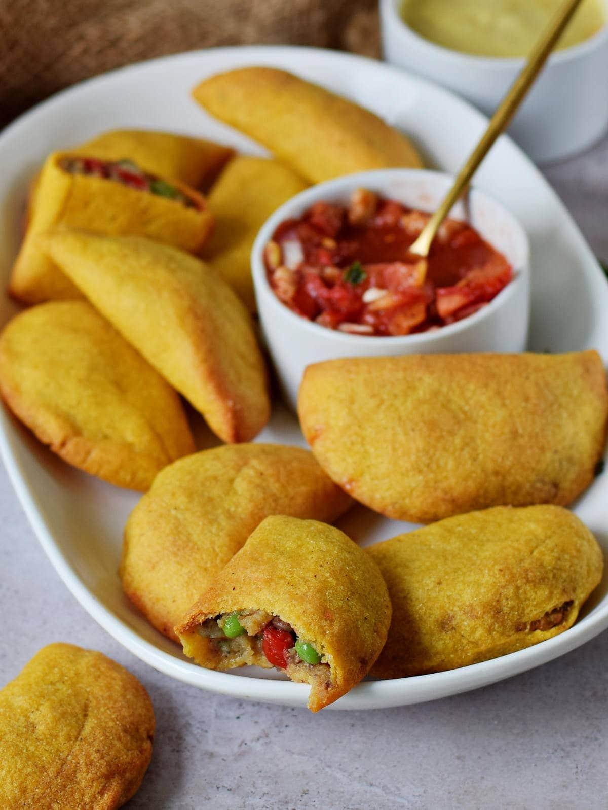 Empanadas (vegan) auf Teller mit Salsa