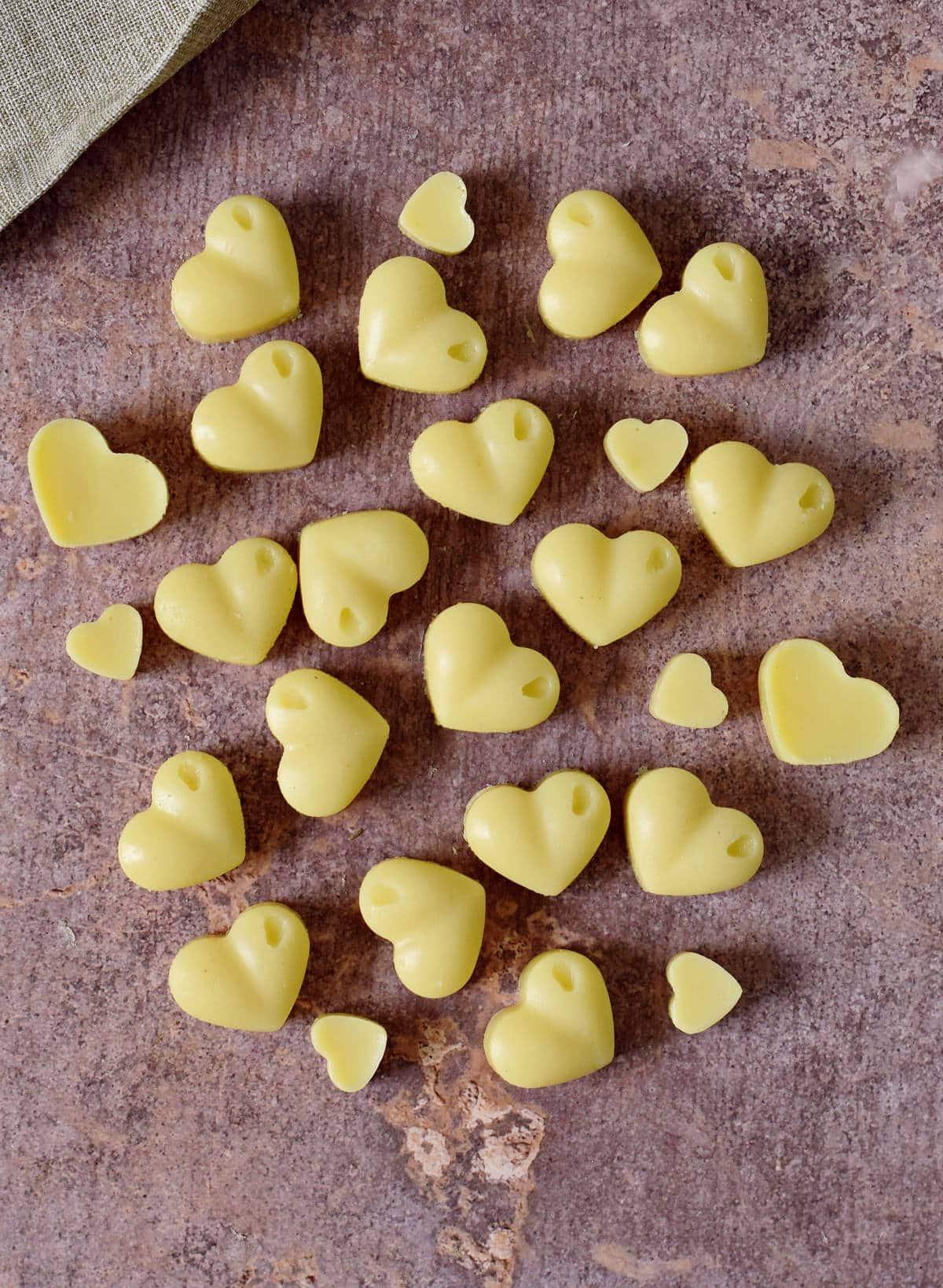 selbstgemachte weiße Schokolade in Herzform