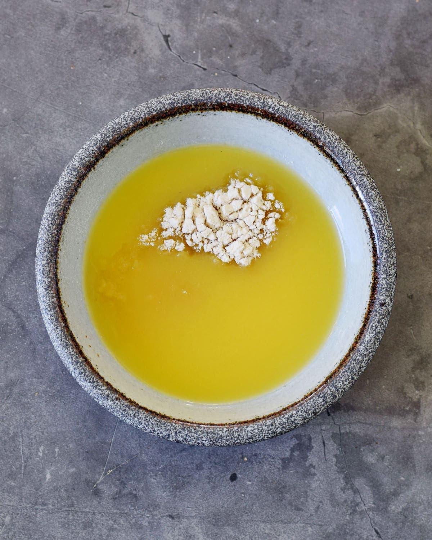 orange juice in bowl with agar agar powder