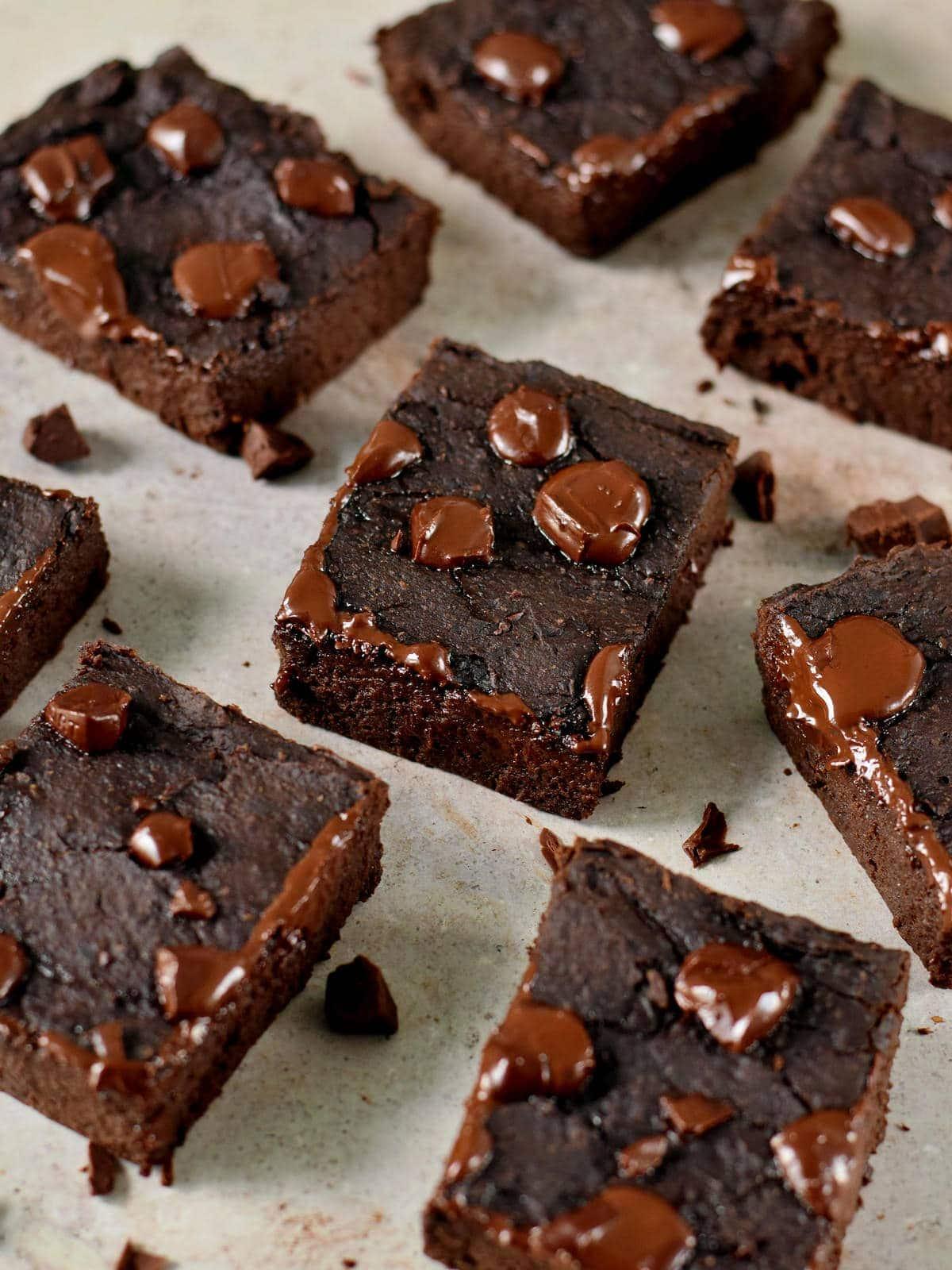 7 gesunde Brownie-Stücke mit geschmolzener Schokolade obendrauf