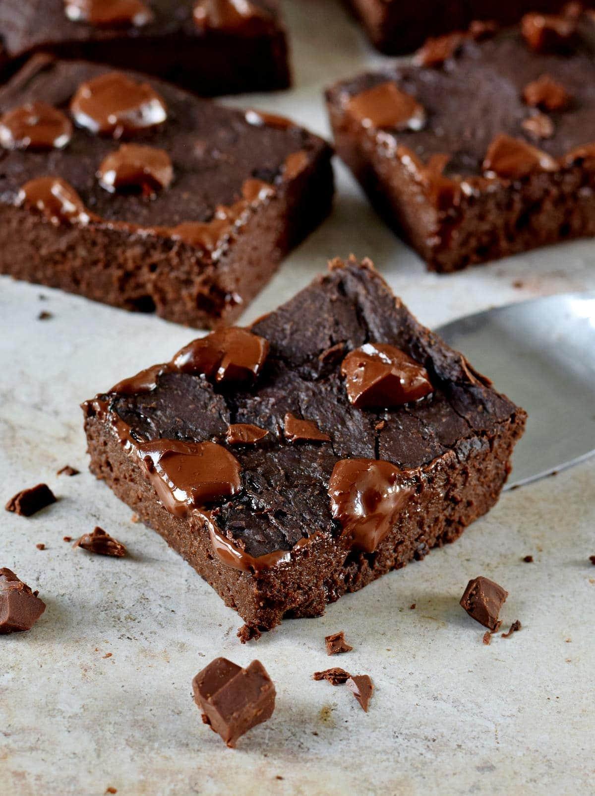 Nahaufnahme vegane Brownies mit geschmolzener Schokolade obendrauf