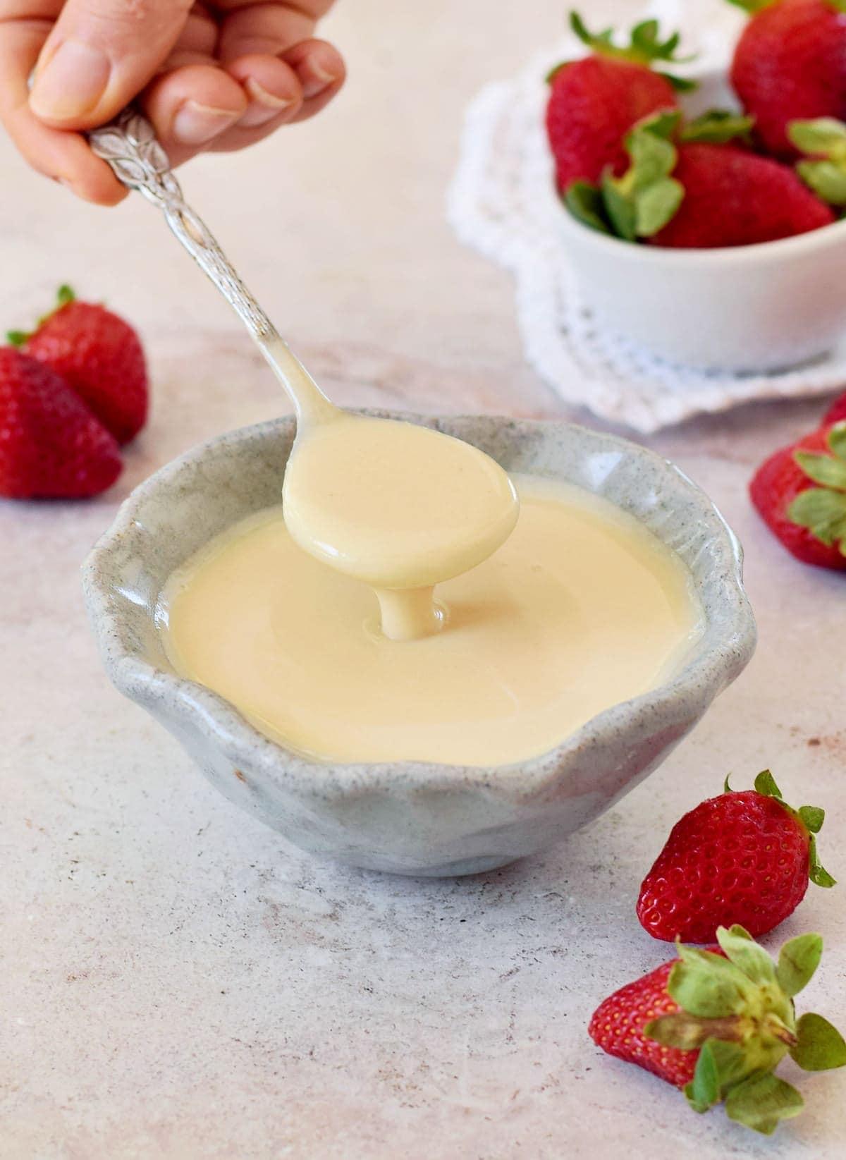vegane Dosenmilch in Schale mit Löffel