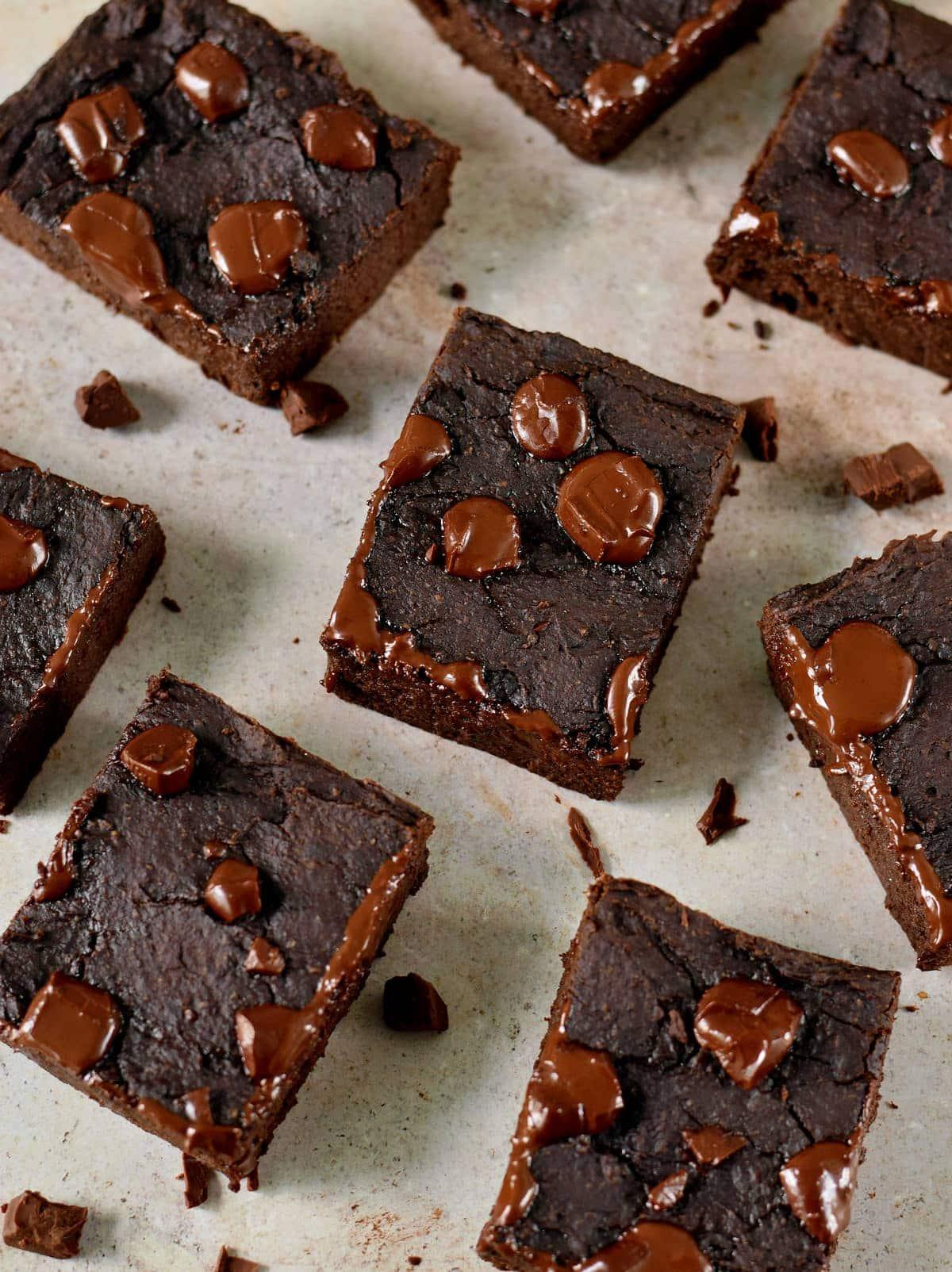Draufsicht auf Bohnen Brownies mit geschmolzener Schokolade