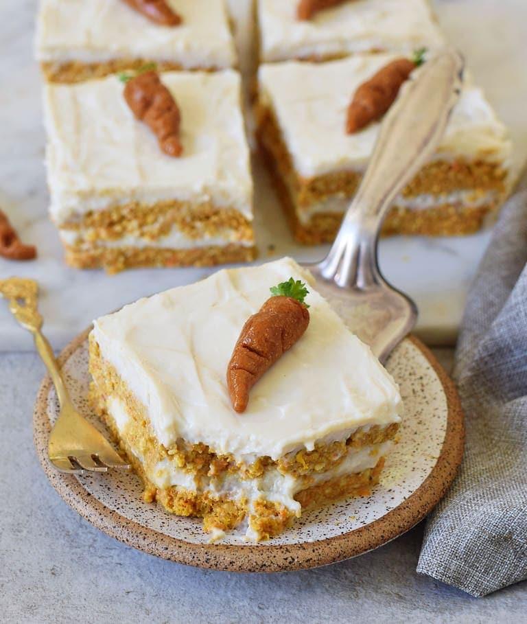saftiger glutenfreier Karottenkuchen auf kleinem Teller