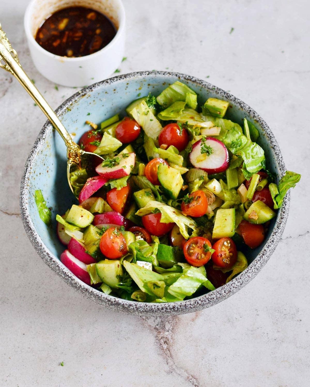 Salat gemischt mit Gemüse in Schüssel
