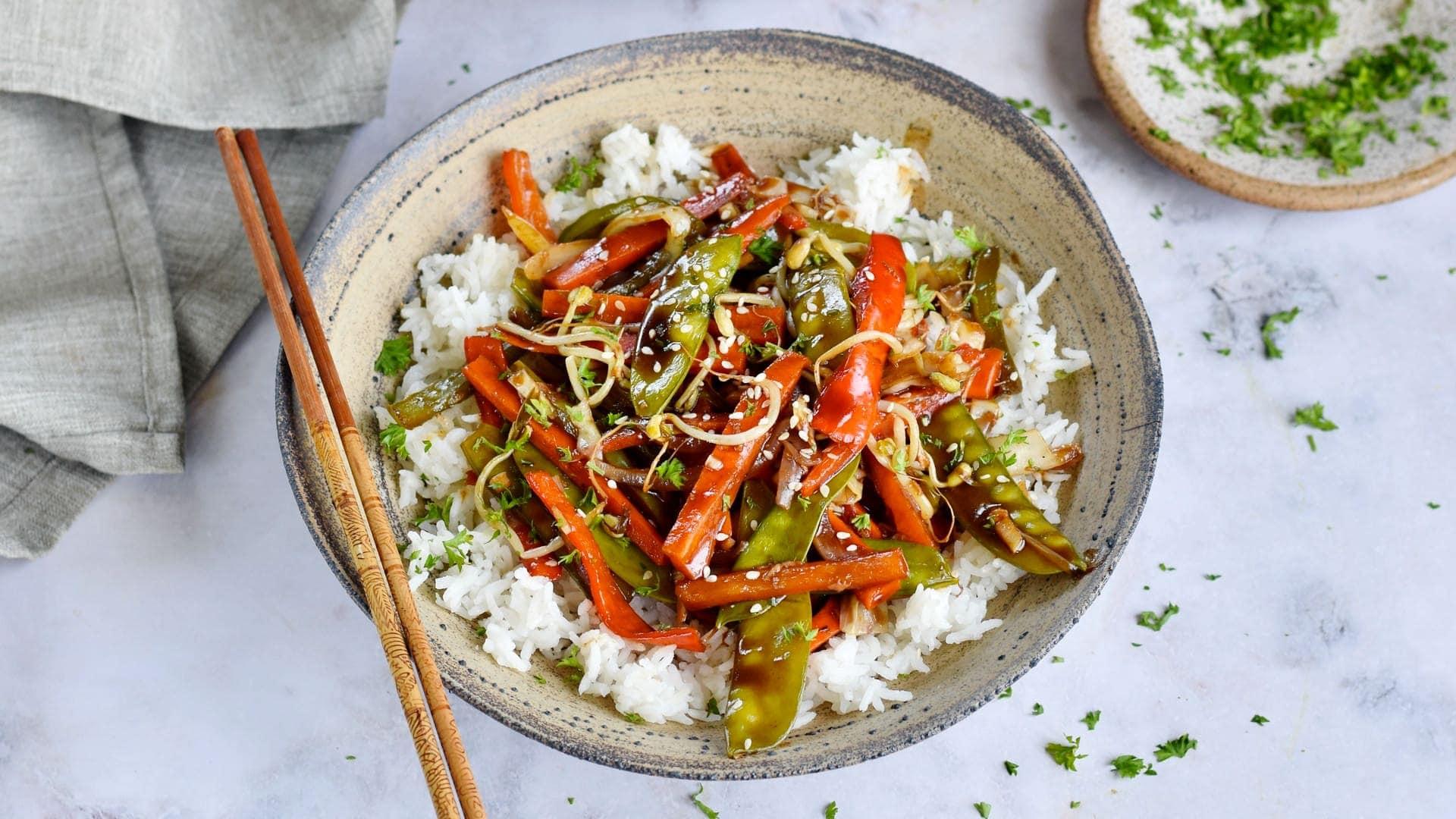 Queraufnahme von Gemüse Chop Suey über Reis in Schüssel