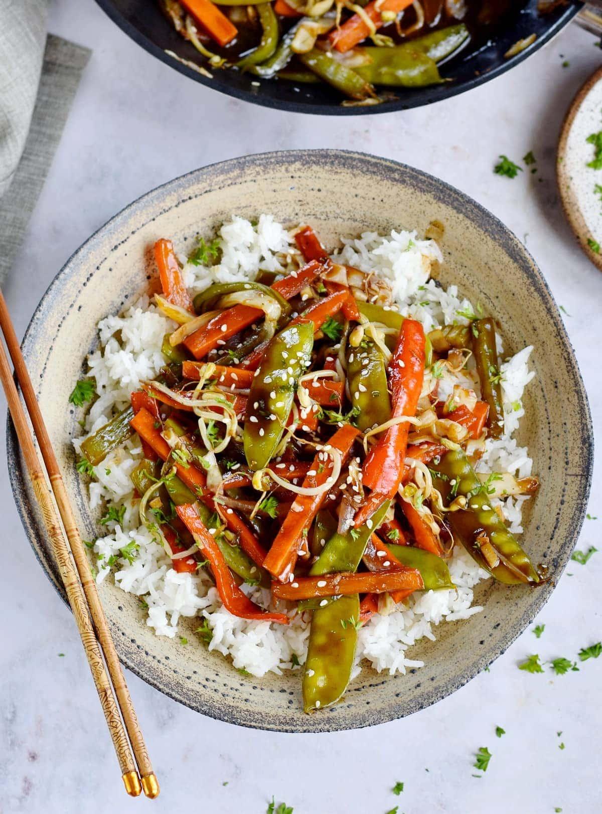 Gemüse Chop Suey über Reis von oben