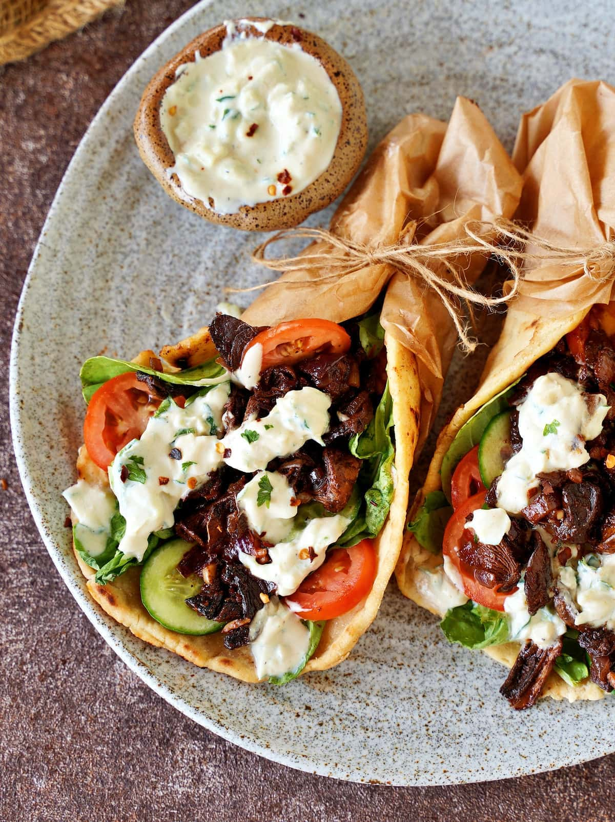 Nahaufnahme von vegetarischen Gyro-Wraps mit Salat-Gemüse und Tzatziki
