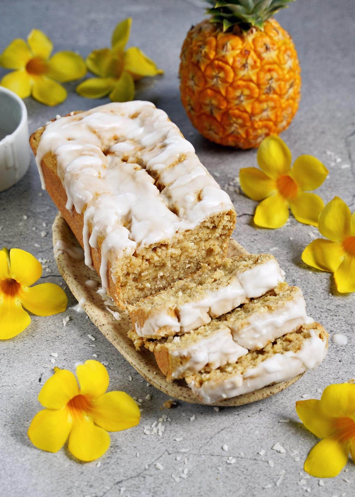 frischer Ananaskuchen mit zuckerfreier Glasur und gelben Blüten als Dekoration
