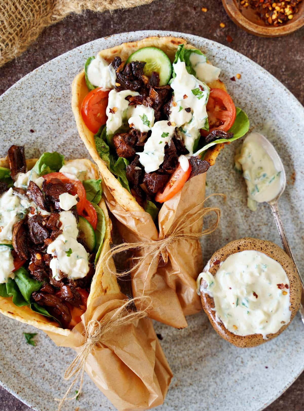 vegetarisches Gyros auf Teller mit Zaziki