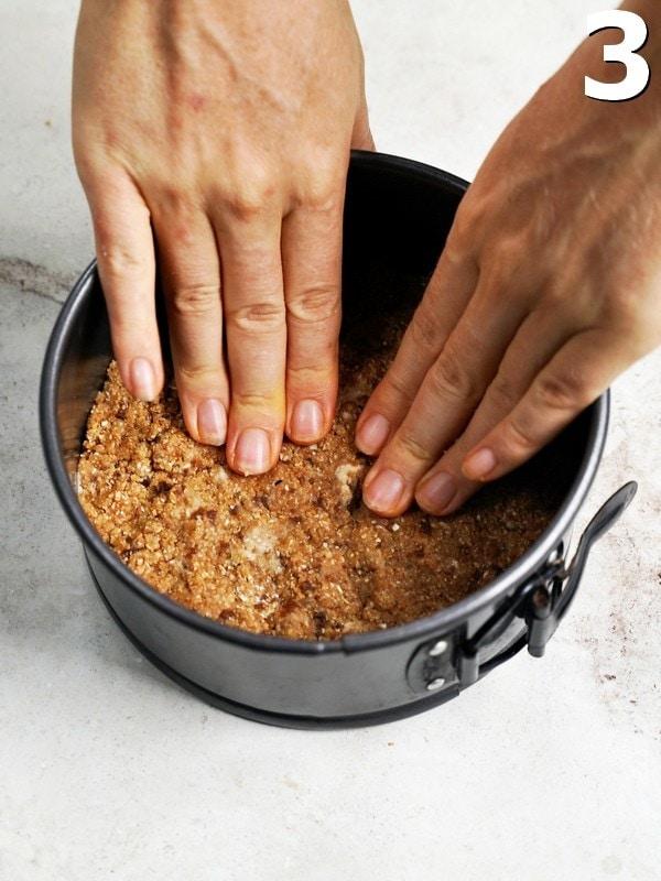 Teig wird mit den Fingern in die Springform gedrückt