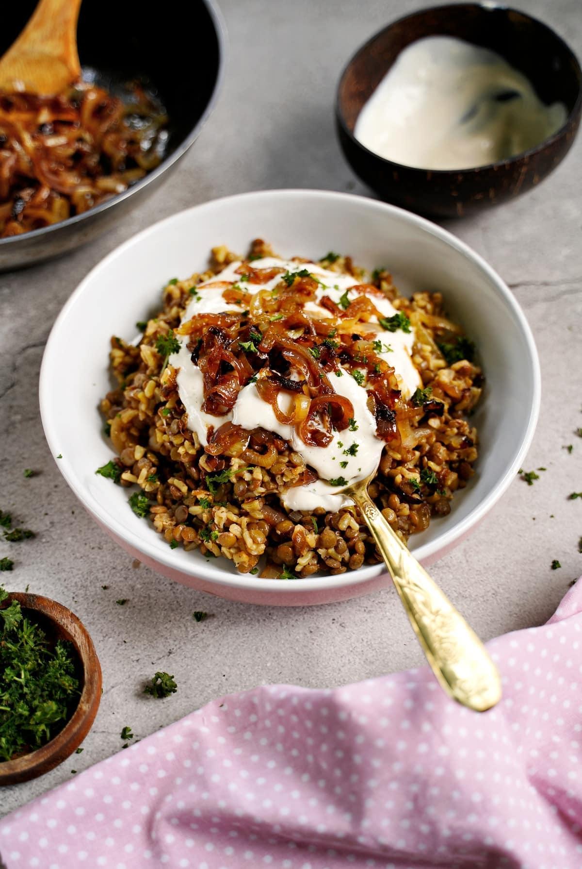 Mujaddara in Schale mit veganem Joghurt