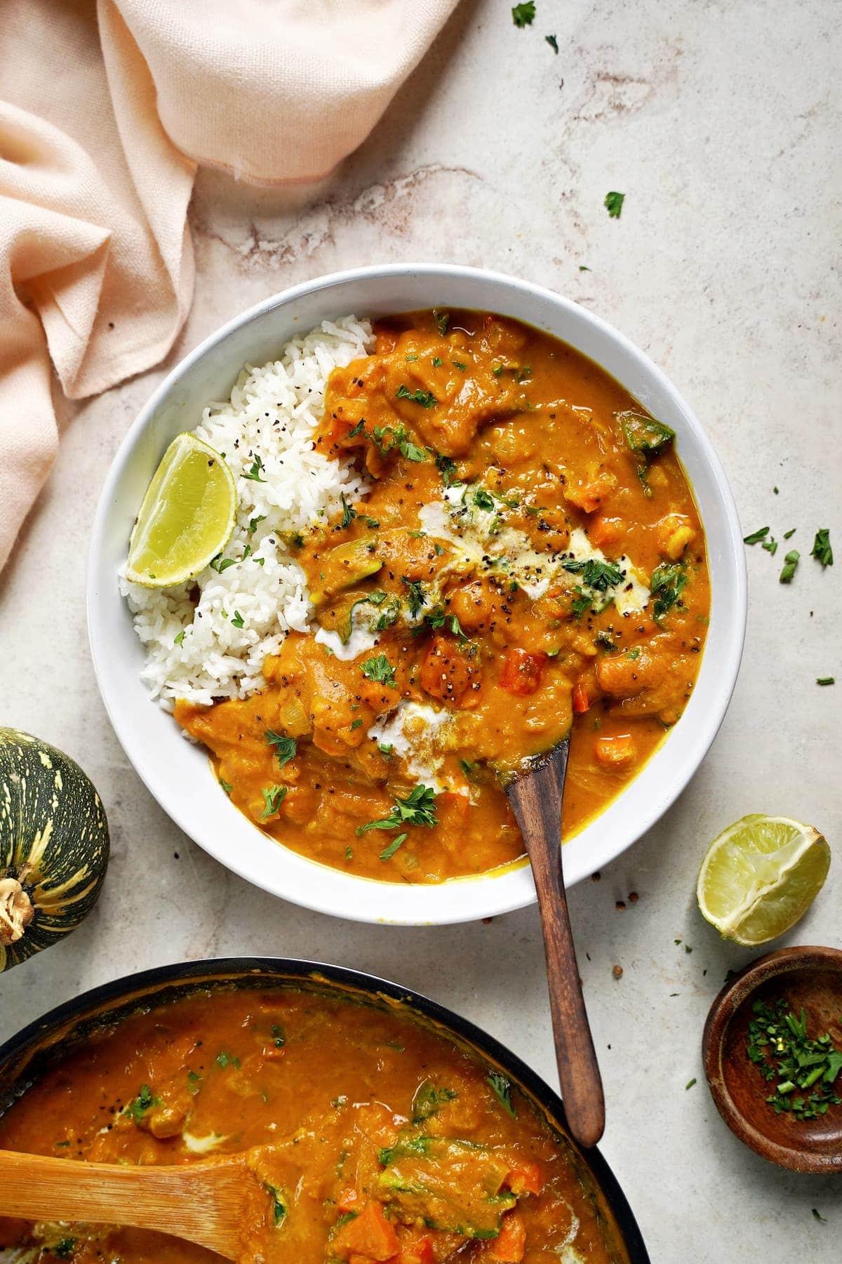 Kürbis-Curry mit Reis in Schale von oben