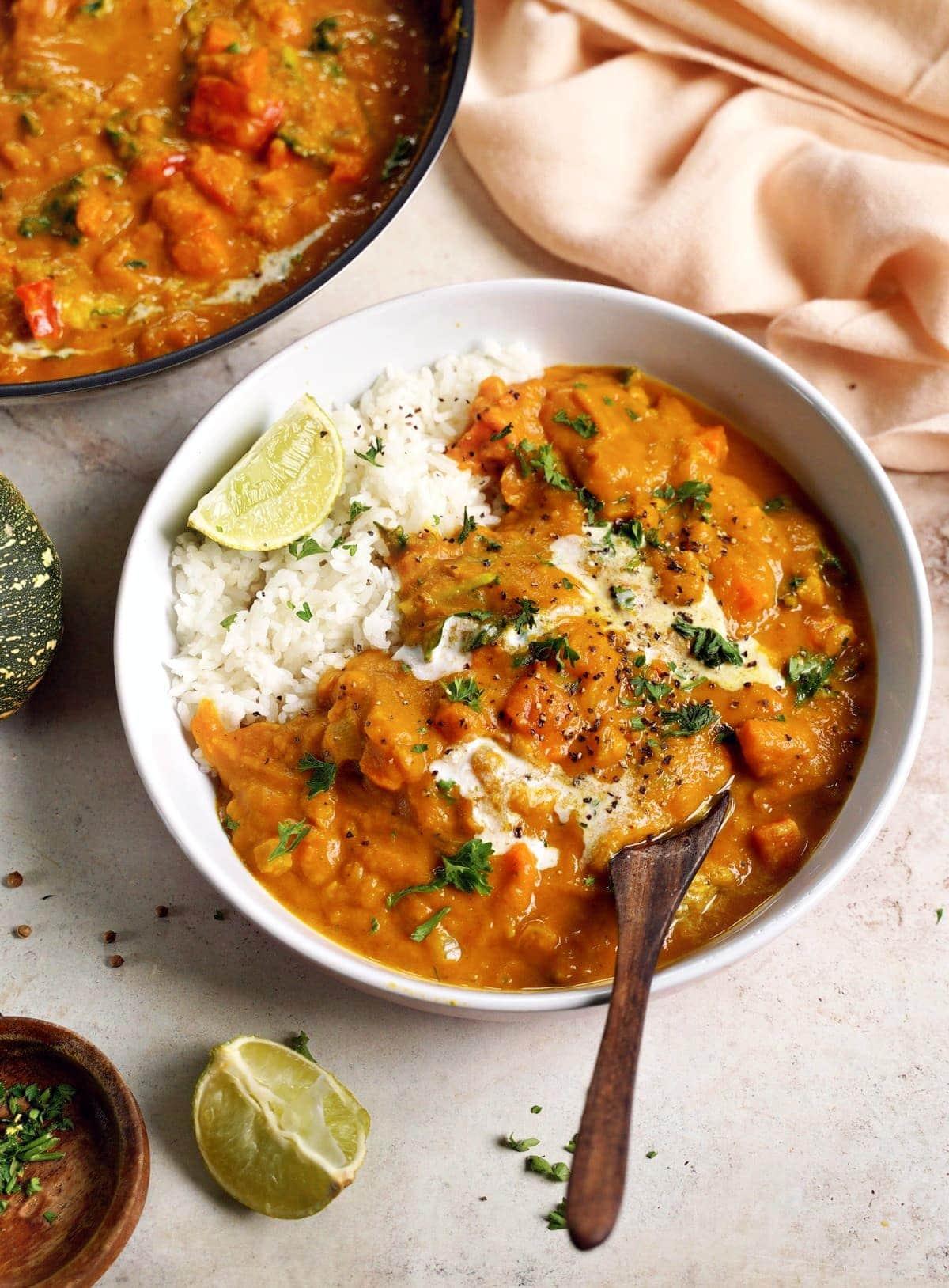 Kürbis-Curry mit Reis in Schale von der Seite
